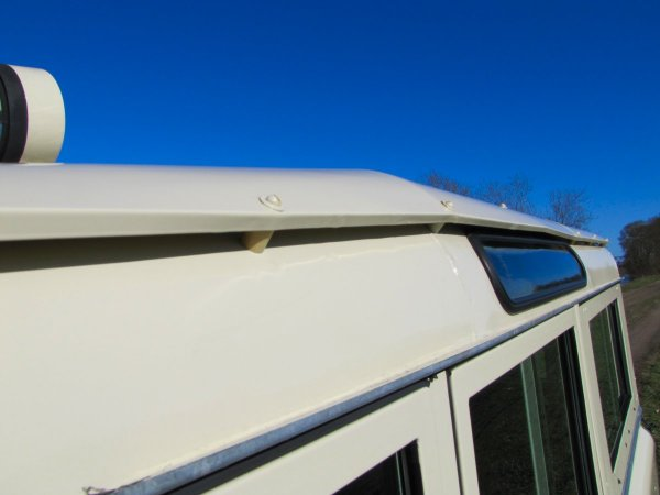 Click image for larger version  Name:1983 Landrover Defender 110 Stationwagon V8 Ivory 3 A safari roof sml.jpg Views:1047 Size:28.1 KB ID:36770