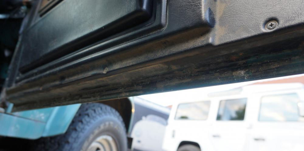 Click image for larger version  Name:1984 Land Rover Defender 110 LHD Trident Green Split door pass front door bottom.jpg Views:244 Size:47.6 KB ID:96820