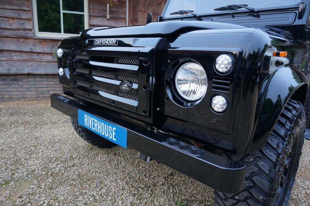 Click image for larger version  Name:1984 Land Rover Defender 90 LHD B Saudie AC 2.5 petrol grill close clear HD and LEDS.jpg Views:988 Size:126.1 KB ID:102971