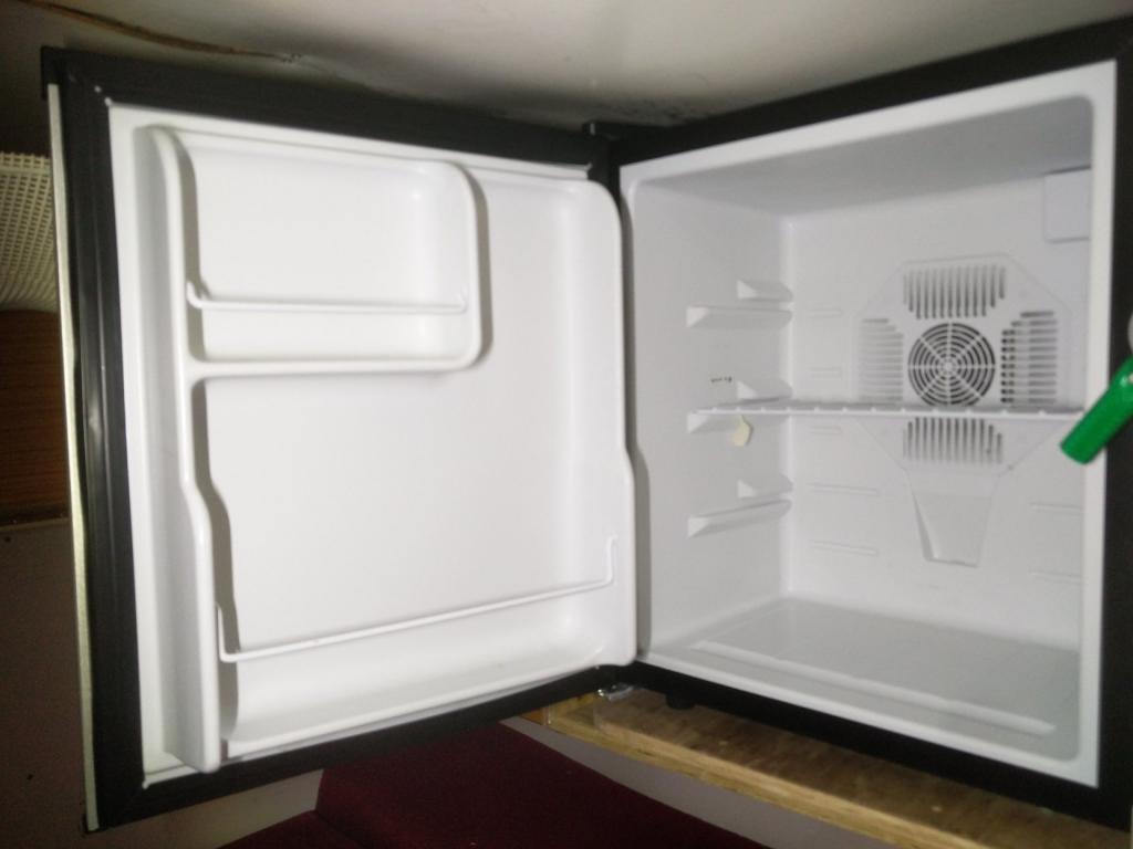 Click image for larger version  Name:1984 LR LHD Defender 110 3.5V8 Camper inside fridge.jpg Views:133 Size:50.8 KB ID:187474