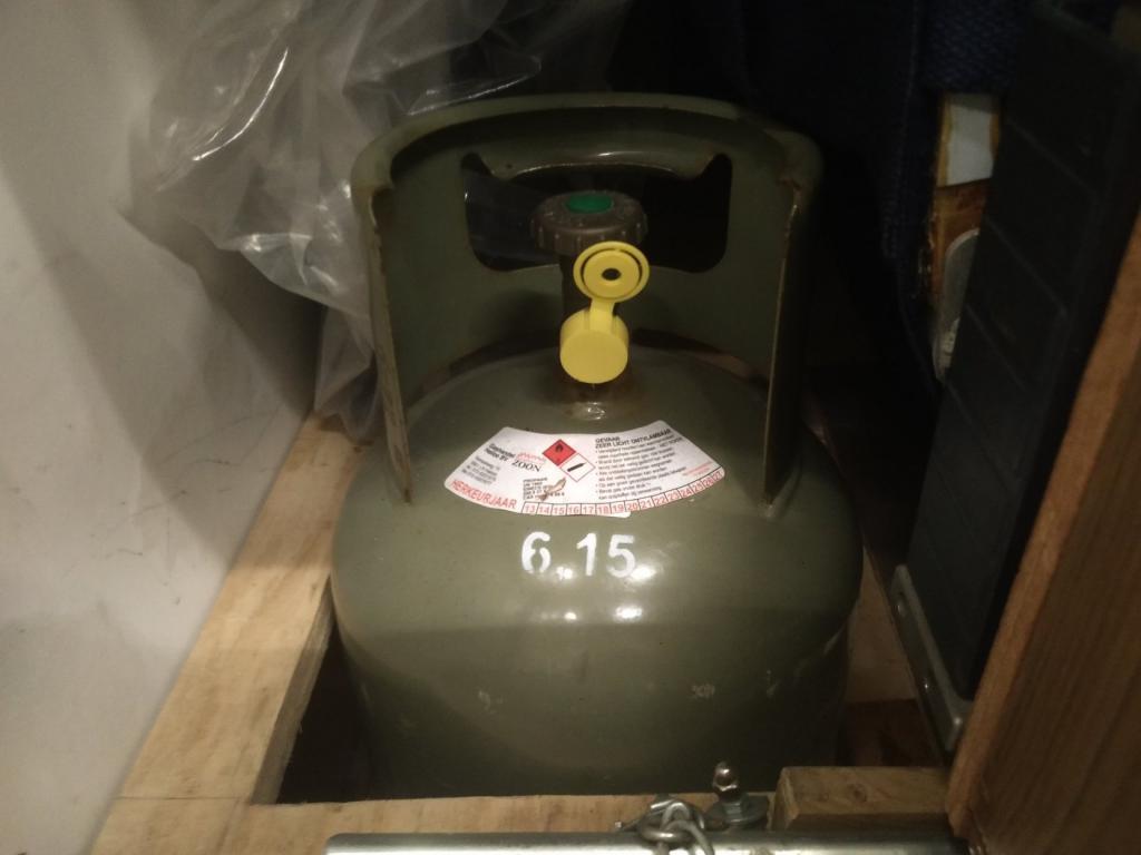 Click image for larger version  Name:1984 LR LHD Defender 110 3.5V8 Camper inside propane bottle.jpg Views:122 Size:49.6 KB ID:187466