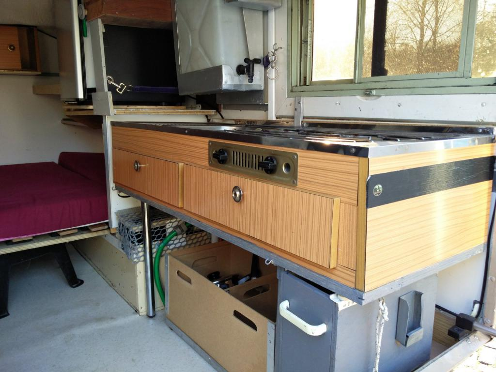 Click image for larger version  Name:1984 LR LHD Defender 110 3.5V8 Camper inside rear cooking.jpg Views:320 Size:99.6 KB ID:185274