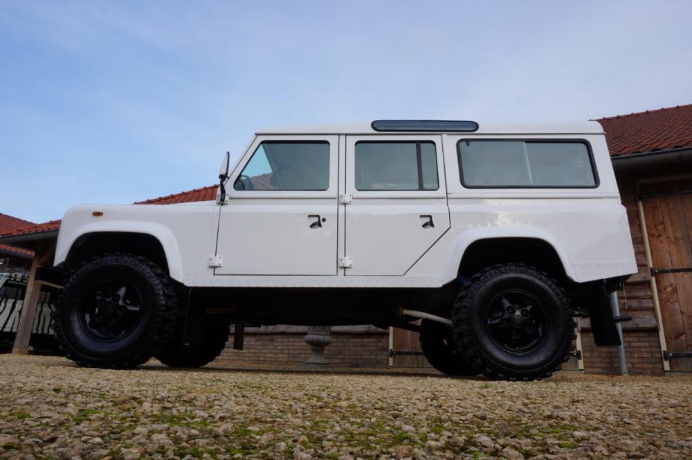 Click image for larger version  Name:1985 Defender 110 3,5 V8 RHD Stationwagon Fuji White A  left side low.jpg Views:850 Size:74.7 KB ID:88965
