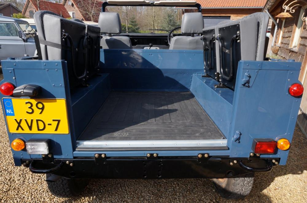 Click image for larger version  Name:1985 Defender 90 RHD 2.5 D Arles Blue building day 6  rear TECHNO up.jpg Views:231 Size:106.3 KB ID:90587