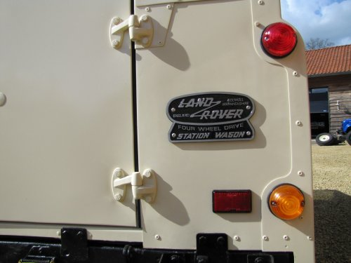 Click image for larger version  Name:1986 Landrover 90 LHD Ivory Black 2.5 diesel badge rearsml.jpg Views:427 Size:27.6 KB ID:38006