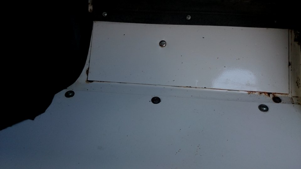 Click image for larger version  Name:1986 LR LHD 90 Soft Top White 3 pass. floor.jpg Views:156 Size:31.2 KB ID:112258