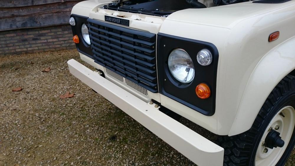 Click image for larger version  Name:1987 Land Rover Defender 110 LHD White 2.5 Td day 24 grill close.jpg Views:572 Size:87.8 KB ID:107818