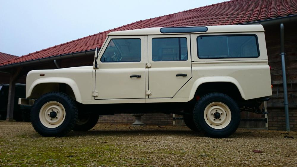 Click image for larger version  Name:1987 Land Rover Defender 110 LHD White 2.5 Td day 24 left side low.jpg Views:628 Size:82.1 KB ID:107816