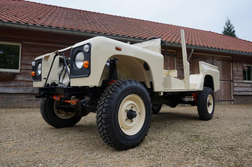Click image for larger version  Name:1987 Land Rover Defender 110 LHD White 2.5 Td day 7 left front low.jpg Views:665 Size:121.3 KB ID:103867