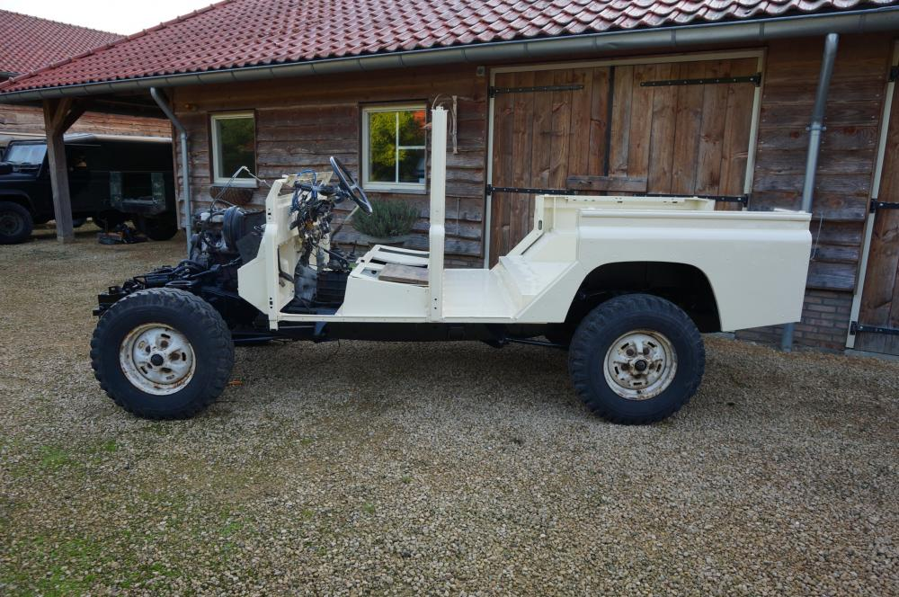 Click image for larger version  Name:1987 Land Rover Defender 110 LHD White 2.5 Td from paint day 1 left side.jpg Views:720 Size:146.1 KB ID:103866