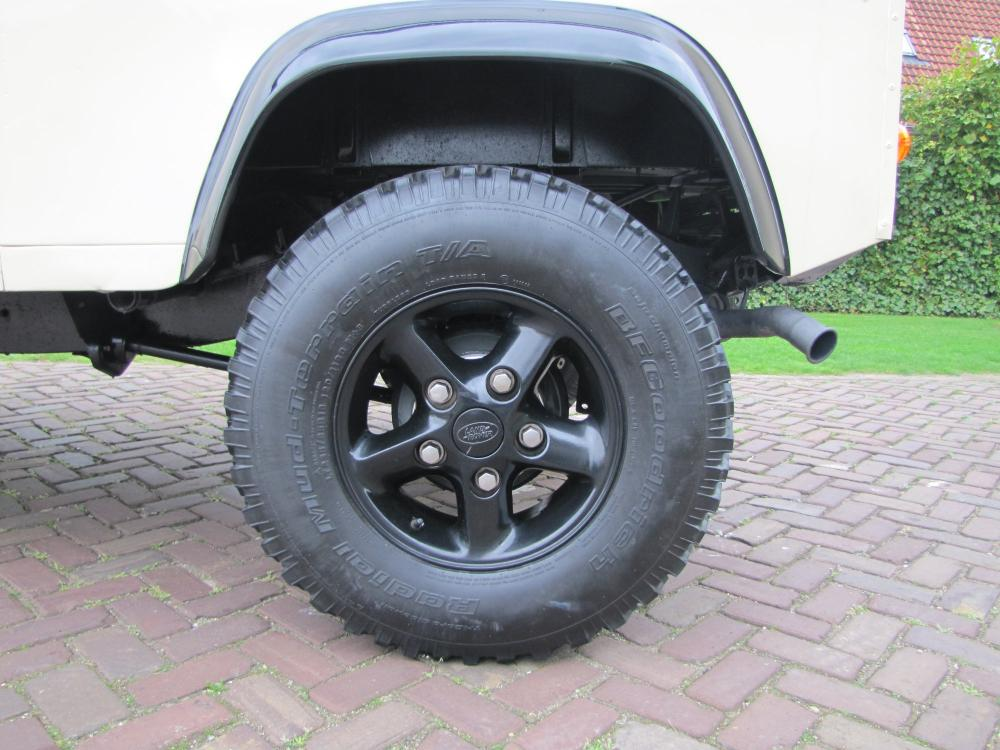 Click image for larger version  Name:1987 Landrover Defender White 2 90 LHD alloy wheels building.jpg Views:627 Size:100.4 KB ID:51267