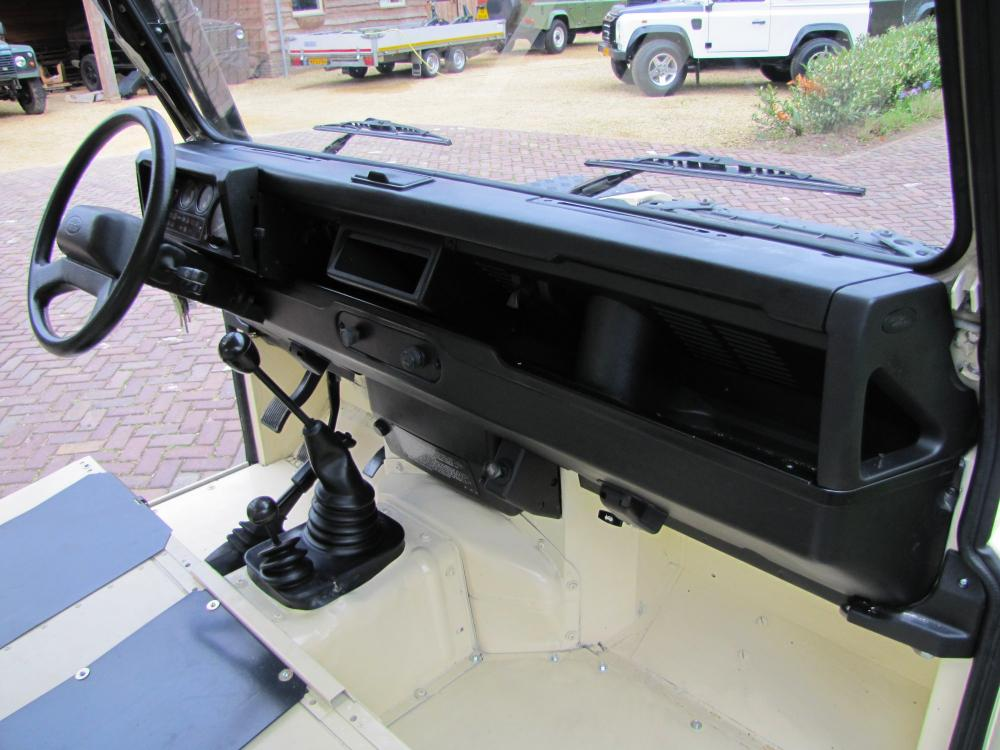 Click image for larger version  Name:1987 Landrover Defender White 2 90 LHD dash and trim building.jpg Views:3534 Size:93.4 KB ID:51263
