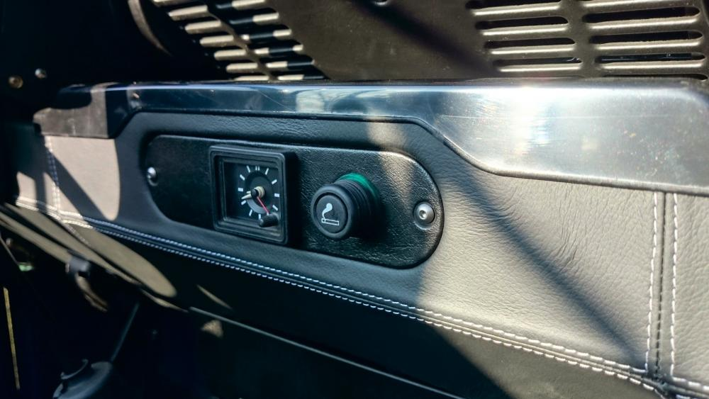 Click image for larger version  Name:1988 Land Rover Defender 110 soft top LHD Arles Blue 2.5 Td day 15 interior leather dash centre .jpg Views:2375 Size:74.5 KB ID:107393