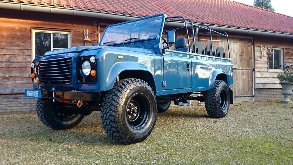 Click image for larger version  Name:1988 Land Rover Defender 110 soft top LHD Arles Blue 2.5 Td day 15 open left front.jpg Views:3251 Size:133.5 KB ID:107390