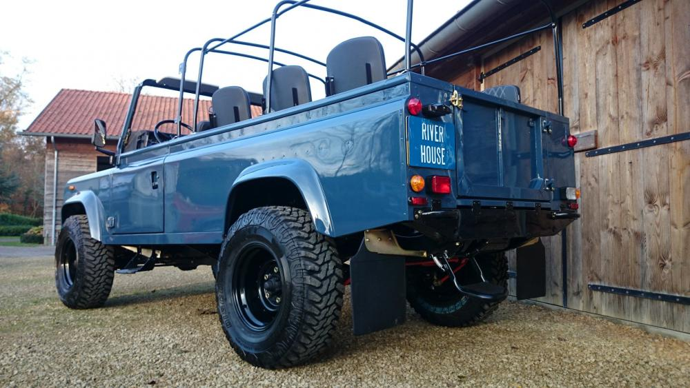 Click image for larger version  Name:1988 Land Rover Defender 110 soft top LHD Arles Blue 2.5 Td day 15 open left  rear.jpg Views:1469 Size:100.1 KB ID:107391