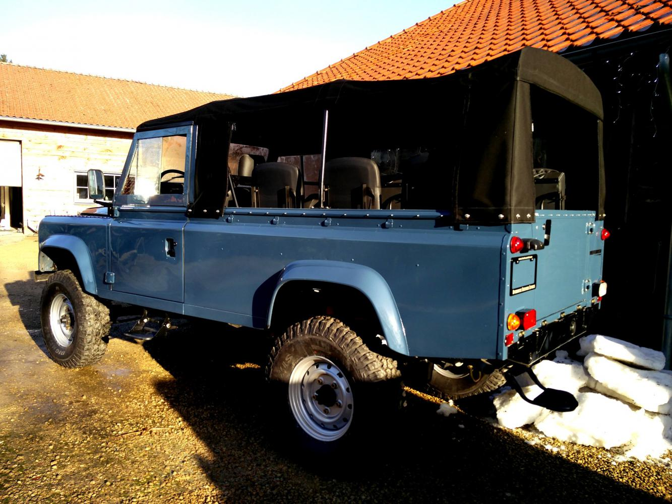 Click image for larger version  Name:1988 LR LHD Defender 110 Arles Blue day 40 left rear.jpg Views:35 Size:187.9 KB ID:359433