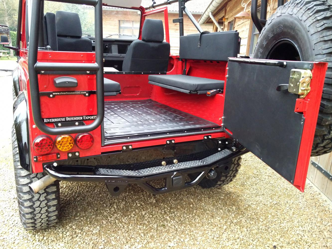 Click image for larger version  Name:1992 LR LHD Defender 90 Red 200 Tdi A day 15 rear hatch open.jpg Views:66 Size:257.5 KB ID:323761