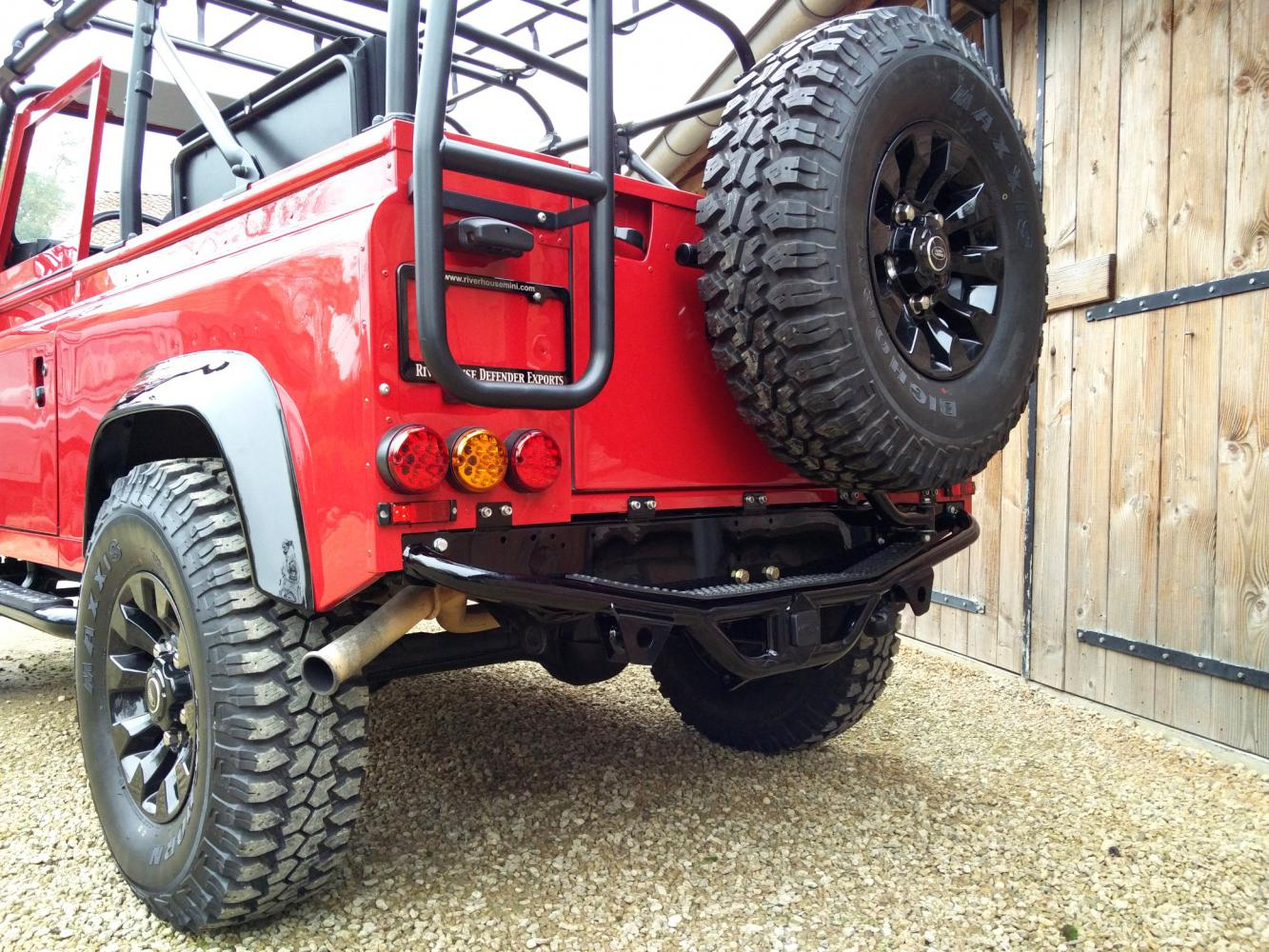 Click image for larger version  Name:1992 LR LHD Defender 90 Red 200 Tdi A day 15 rear step close low.jpg Views:54 Size:264.0 KB ID:323769