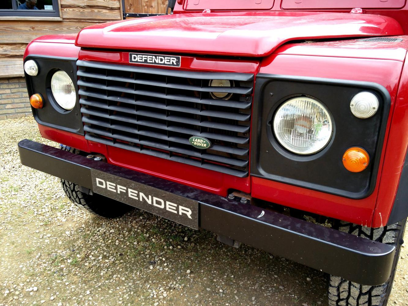 Click image for larger version  Name:1992 LR LHD Defender 90 Red 200 Tdi grill close.jpg Views:222 Size:244.2 KB ID:263658