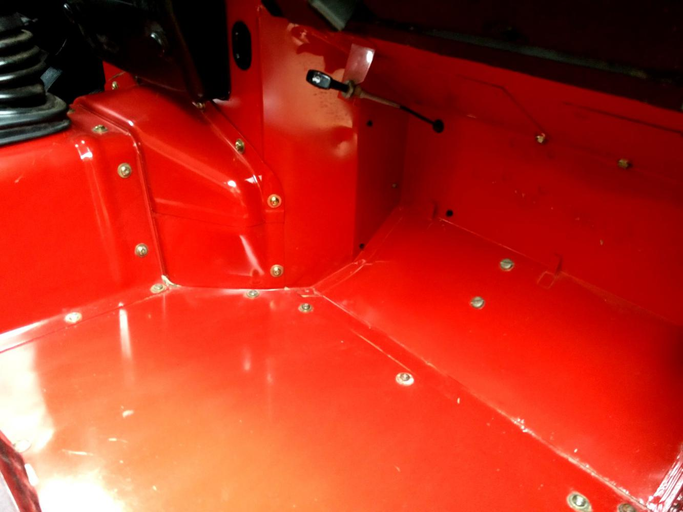 Click image for larger version  Name:1992 LR LHD Defender 90 Red 200 Tdi interior floorpan pass clean.jpg Views:214 Size:78.3 KB ID:263690