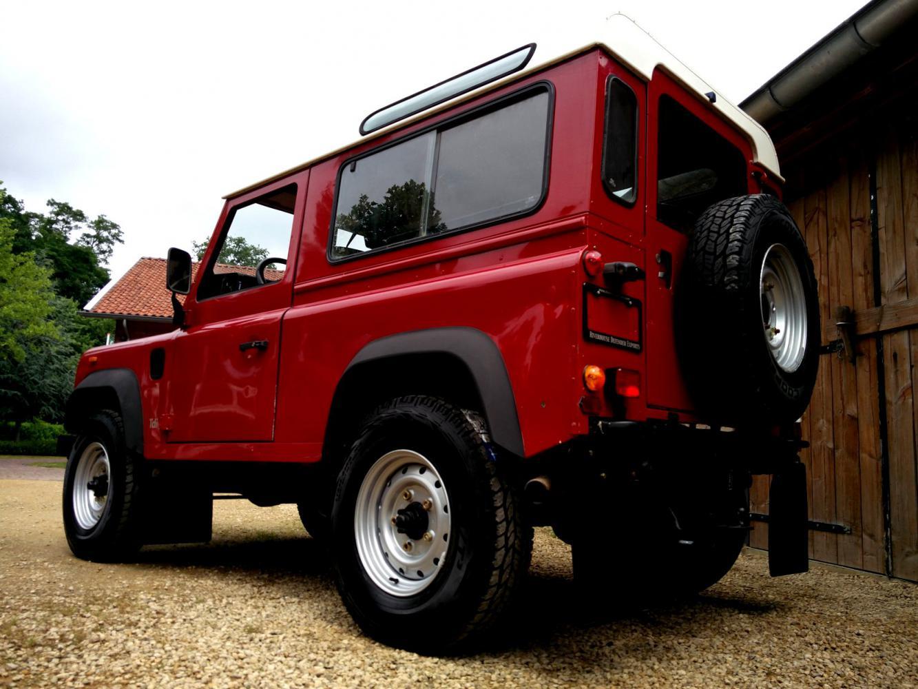 Click image for larger version  Name:1992 LR LHD Defender 90 Red 200 Tdi left rear low.jpg Views:237 Size:154.0 KB ID:263650