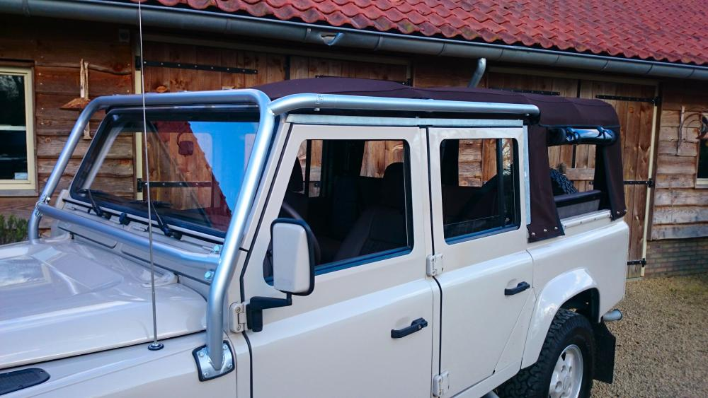 Click image for larger version  Name:2001 LR LHD 110 Td5 Soft Top Latte soft top and NAS style cage.jpg Views:164 Size:88.4 KB ID:118965
