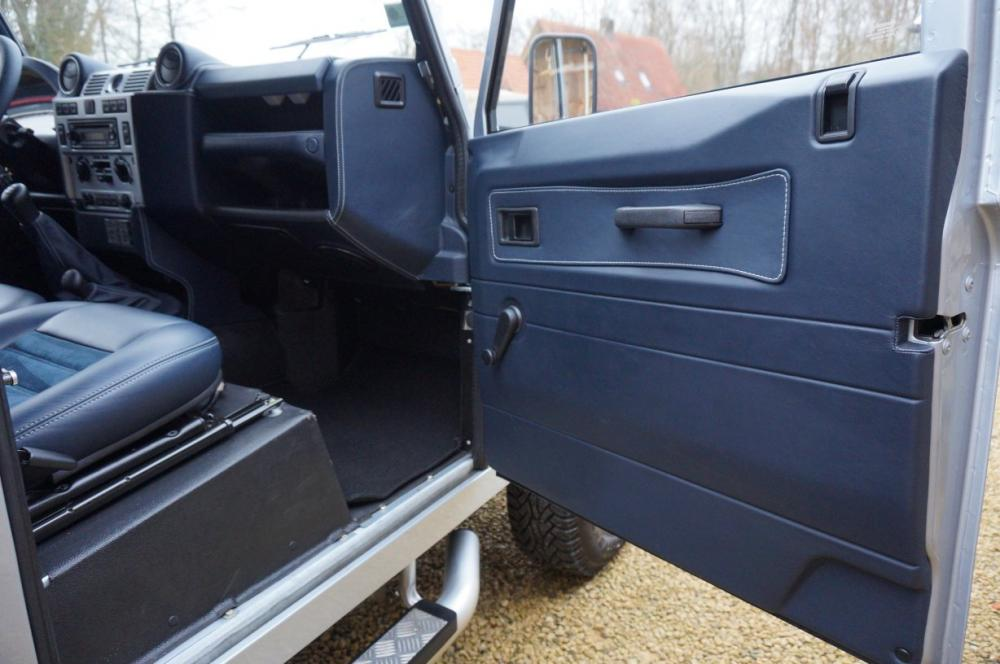 Click image for larger version  Name:2012 Defender 90 Soft Top Silver Edition dash rh plus doortrim.jpg Views:468 Size:73.6 KB ID:87010