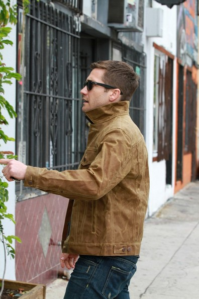 Click image for larger version  Name:Jake-Gyllenhaal-Levis-Workwear-by-Filson-Type3-Trucker-Jacket-Ray-Ban-Sunglasses-2.jpg Views:1558 Size:63.7 KB ID:57881
