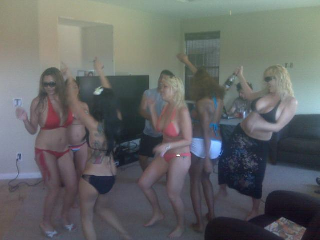 Click image for larger version  Name:VegasParty012.jpg Views:137 Size:24.9 KB ID:18793